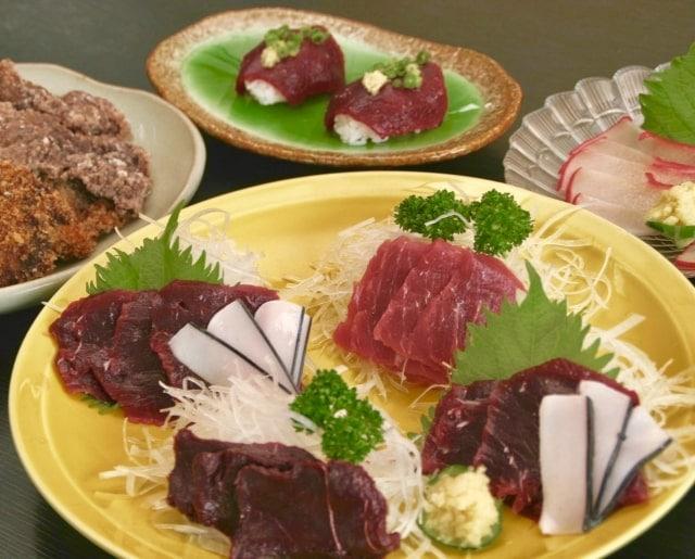 お皿に盛られた鯨肉の刺身