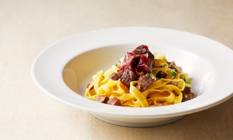 鯨赤肉の瞬間スモークとズッキーニの自家製タリアテッレ