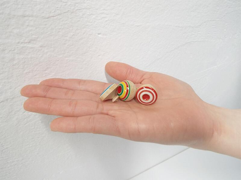 手のひらにのる1円サイズ程のこま