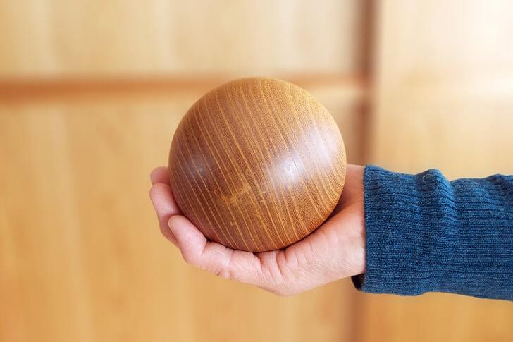 ツルツルした木のボーリングのボールの画像