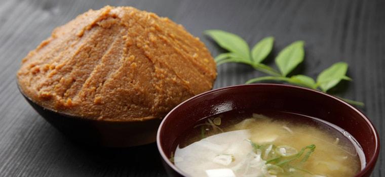 鳥取・田中農場の特製こだわりみそ「たなか味噌」は栽培した農薬や化学肥料をを一切使用しない大豆とお米を使用しています。米麹によるさわやかな発酵でフルーティーな味わい・柔らかい甘さが特徴の米味噌です。