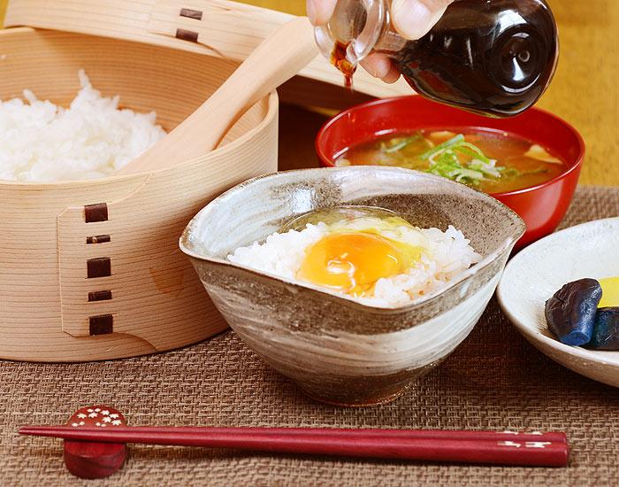 卵かけご飯専用茶碗の卓上イメージ画像