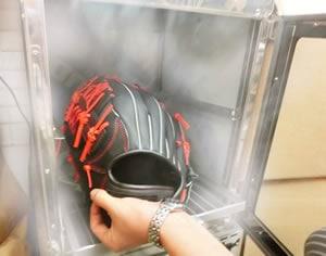 グローブを温めて革を柔らかくします。