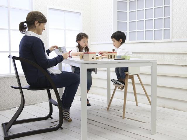 バンビーニ・ハイチェアー 子供椅子 ママとキッズが遊んでいるシーン sagaraオリジナル画像