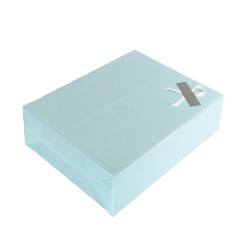 ベビーブルーのギフト包装の斜めのイメージ2枚目