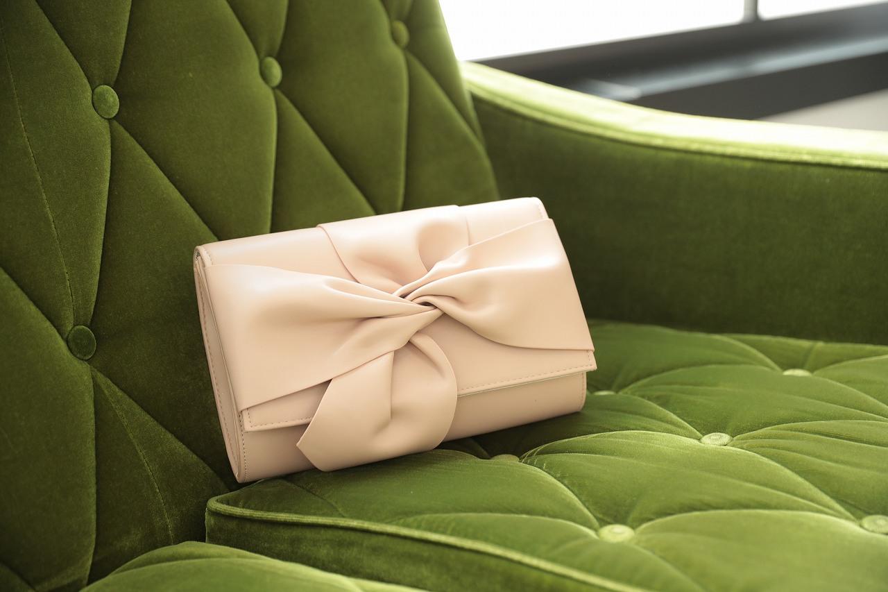 華やかなドレスにはシンプルなバッグがおすすめ