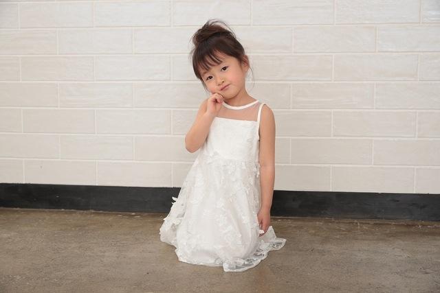 子供のバースデーフォトにおすすめの真っ白なドレス