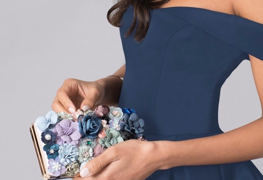 シンプルなドレスにはバッグで差し色を