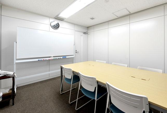 会議室などのミーティングで脚付ホワイトボードの使用イメージ