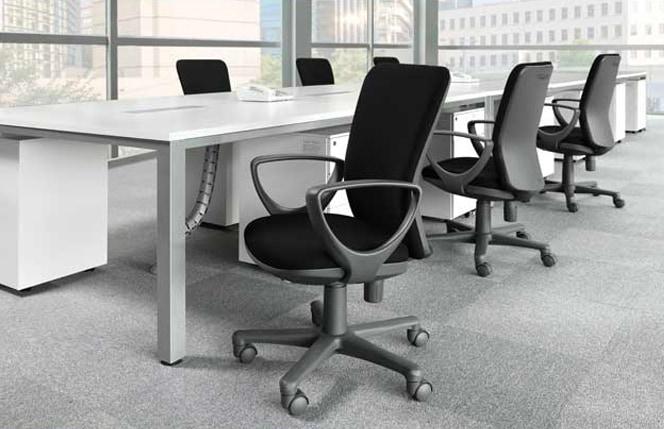 フリーアドレスデスクでのオフィスチェアをオフィス使用イメージ