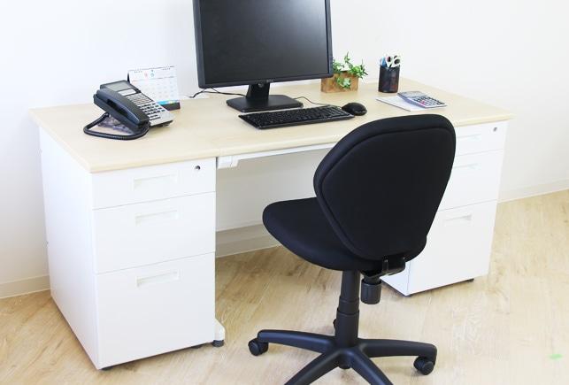 両袖机とオフィスチェアの使用イメージ