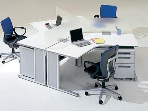 おしゃれなオフィスでの事務机と事務椅子の使用イメージ