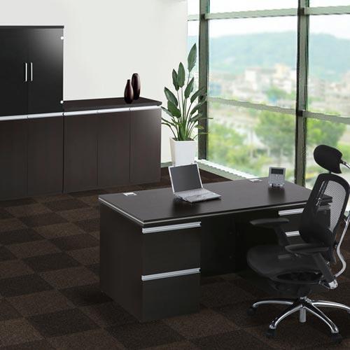 社長室にエグゼクティブデスクやエグゼクティブチェア、キャビネットをレイアウトしたイメージ