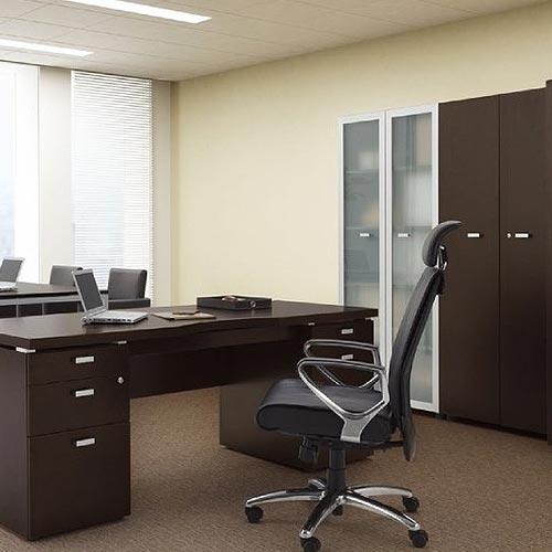おしゃれなアクセントの役員用家具シリーズを社長室にレイアウトしたイメージ
