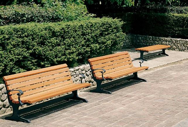公共の屋外施設におしゃれな背付きと背なしのウッドベンチをレイアウトしたイメージ
