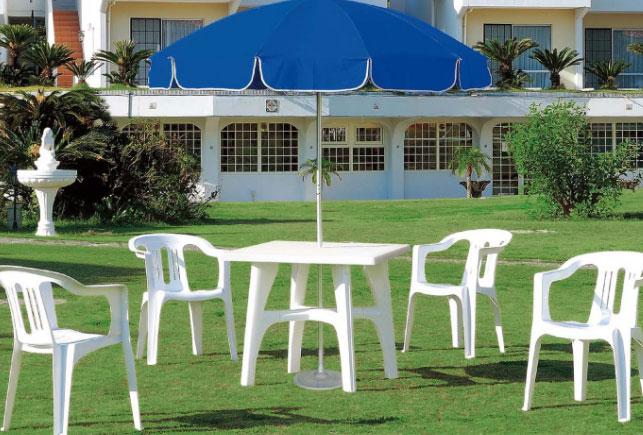 ホテルの庭にガーデンチェアとガーデンテーブルをレイアウトしたイメージ