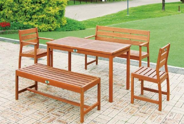おしゃれなガーデンテラスに木製ガーデンチェア、ベンチ、テーブルをレイアウトしたイメージ