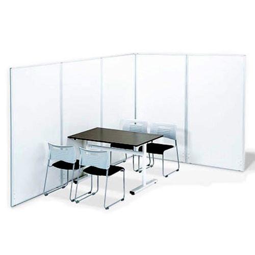 スチール製のホワイトがおしゃれなパネルパーテーションをミーティングスペースでレイアウトしたイメージ
