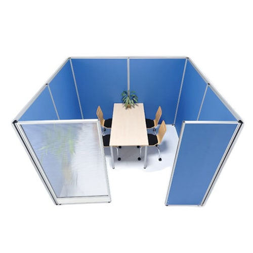 布張りと半透明のクリアタイプの業界最安パーテーションシリーズをオフィスの相談スペースでレイアウトしたイメージ