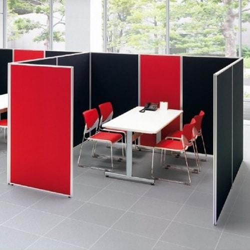 レッドとブラックでおしゃれに布張りパーテーションで会議室スペースをレイアウトしたイメージ