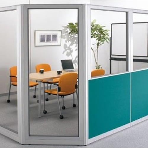 クリアタイプと布張りのパーテーションで会議室をレイアウトしたイメージ