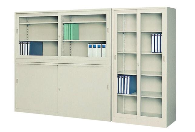 スチールとガラスの引き違い書庫上下セットと大型引き違いガラス書庫をオフィスにレイアウトしたイメージ