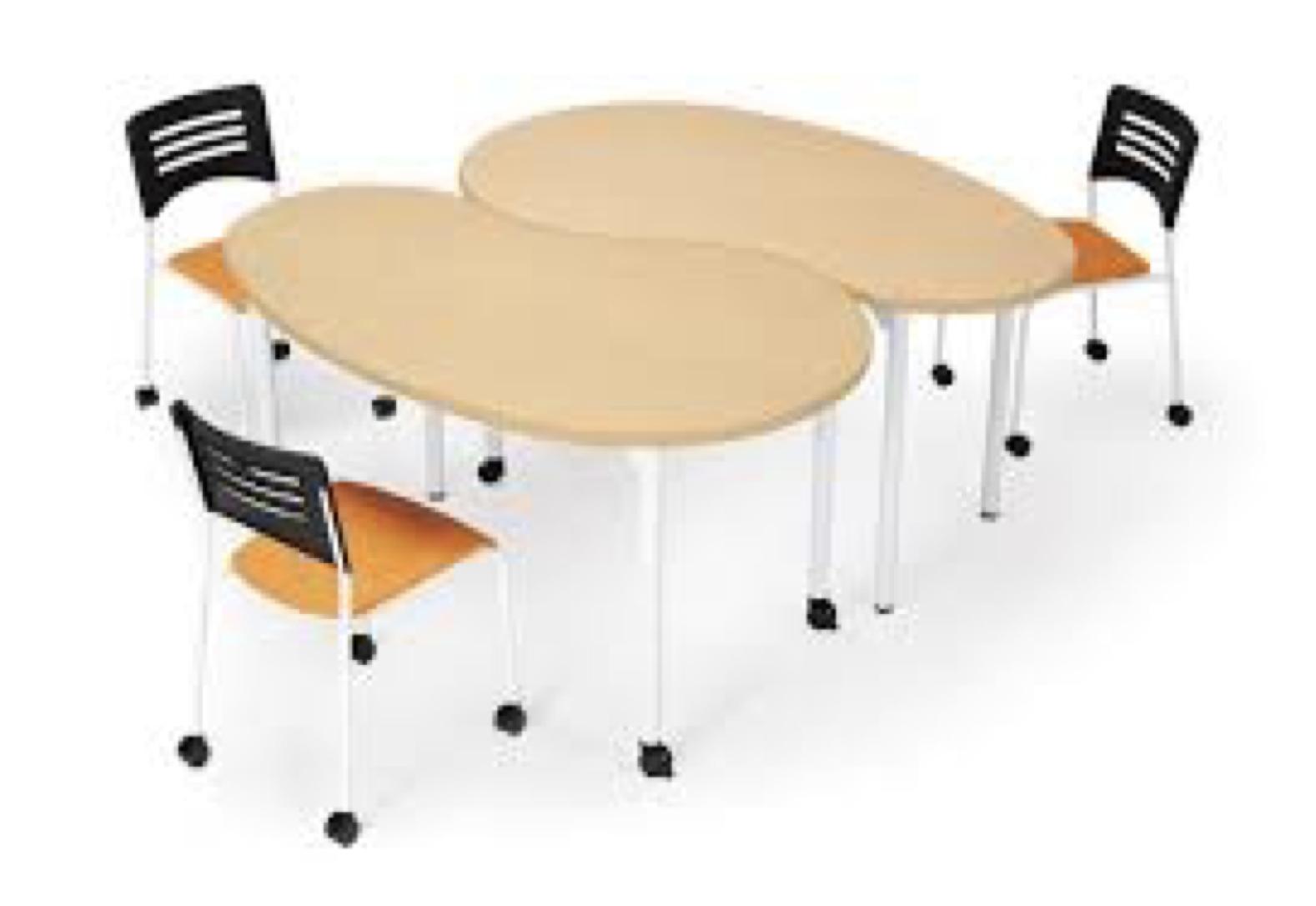 特殊な形で学校やオフィスなどでレイアウトしたテーブル
