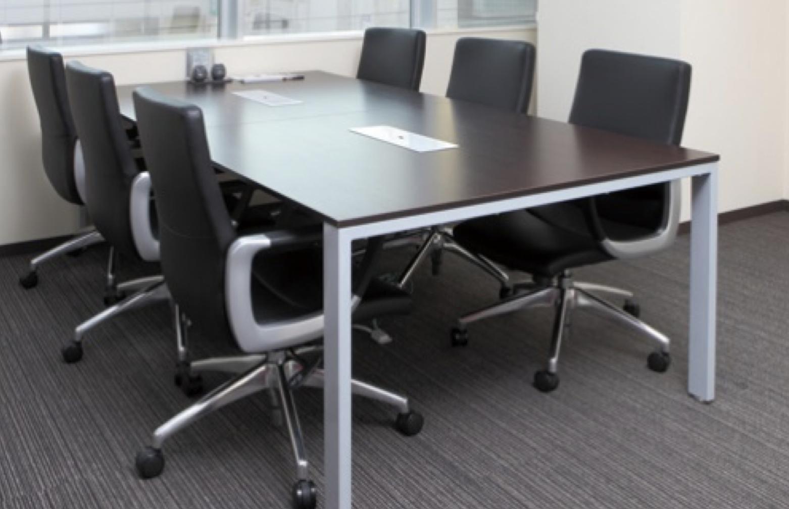配線ボックス付きでおしゃれなフリーアドレステーブルを会議室のミーティングテーブルとして活用したイメージ
