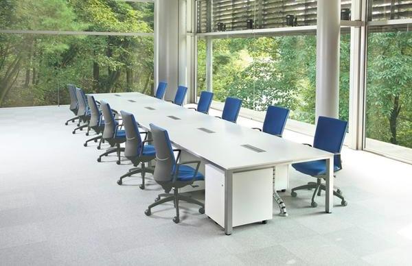 フリーアドレステーブルをオフィスでのワークデスクとして使用したイメージ