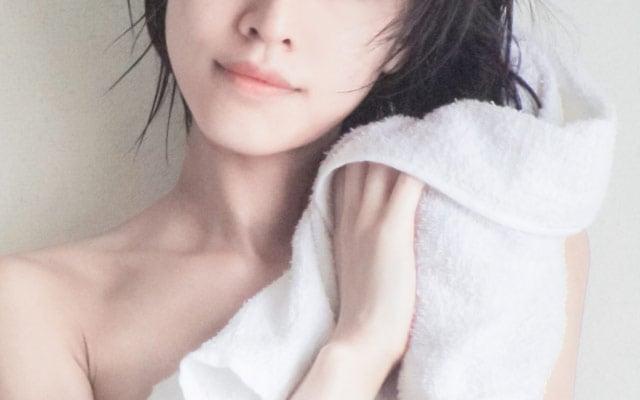 髪を洗う女性の姿