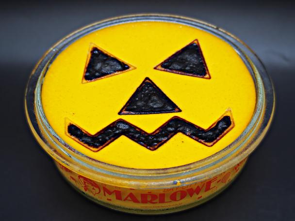 おばけかぼちゃの型も手作業で入れています