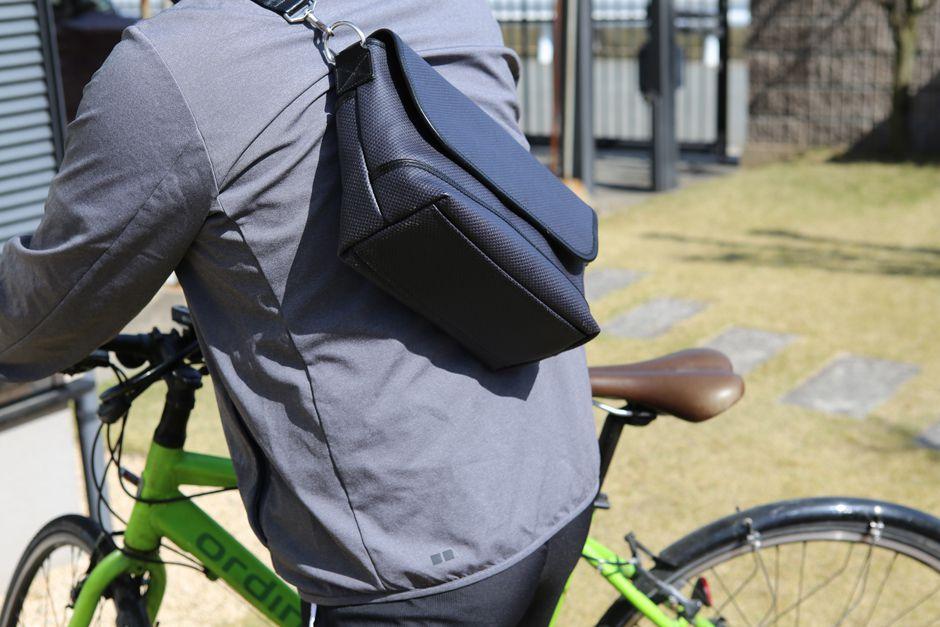 500mlのペットボトルやタオルなどサイクリングに必要なものもすっぽり入ります。