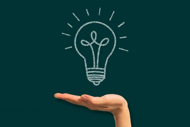 手のひらに浮かぶ電球のイラスト