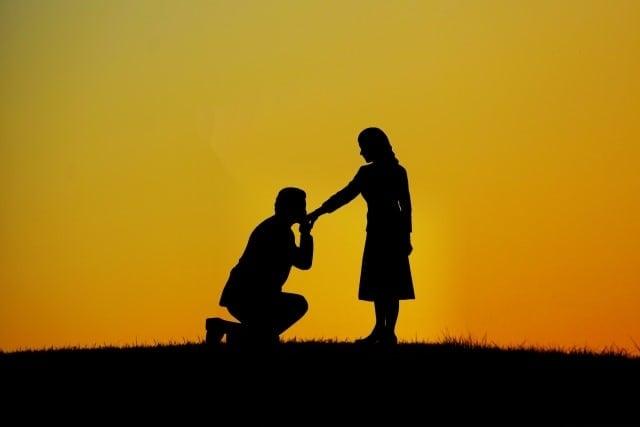 プロポーズをするときに婚約指輪は必要?プロポーズで贈るプレゼント
