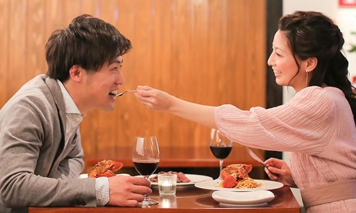 バレンタインデーにカップルが食事する様子