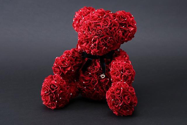 365輪のバラ製テディベア