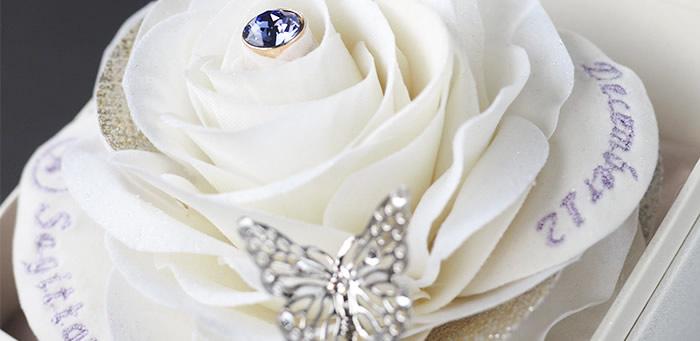 ハンドメイドが織りなす赤バラの立体感