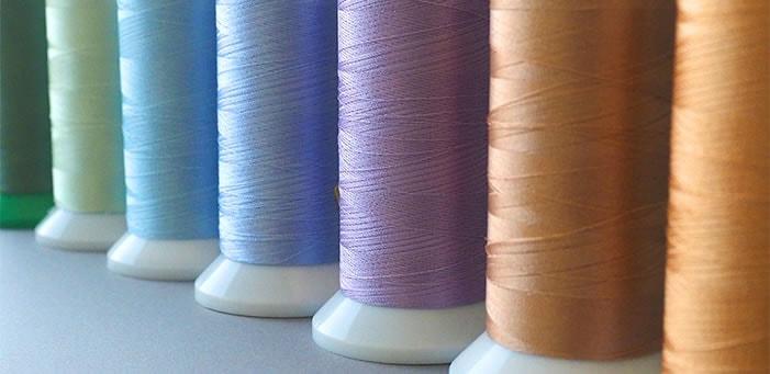 たくさんの糸色からシルバーを厳選