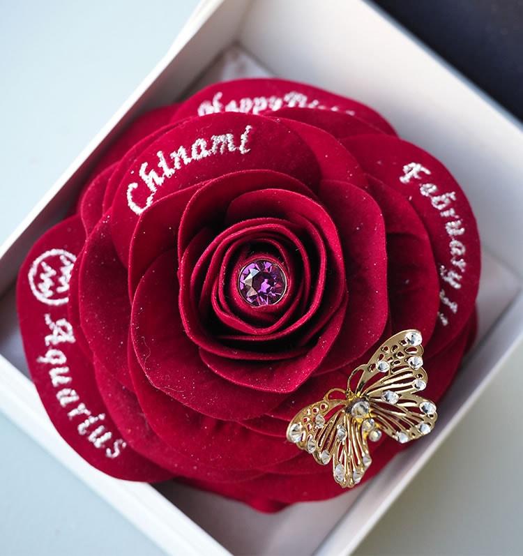 赤バラの中心に光る一粒の石