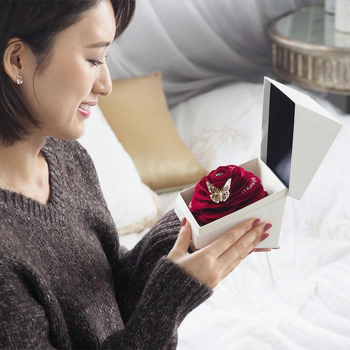 箱を開けると現れる大輪の赤バラ、彼女も思わず笑顔に