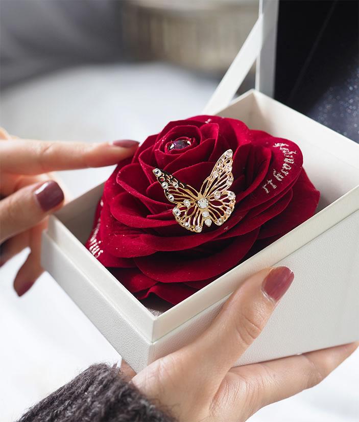 立体感のある赤バラはハンドメイド