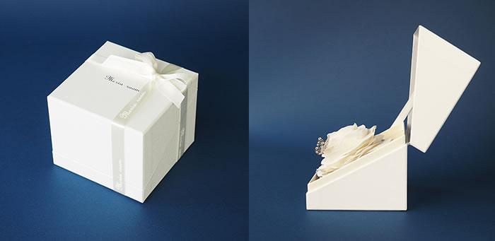 そのまま飾れるボックス付きの白いバラ