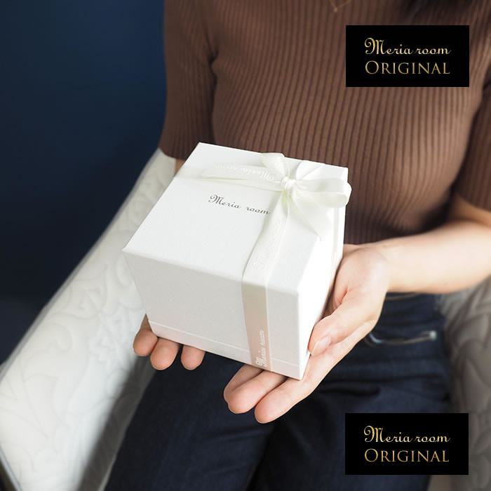 女性の両手に収まるボックス