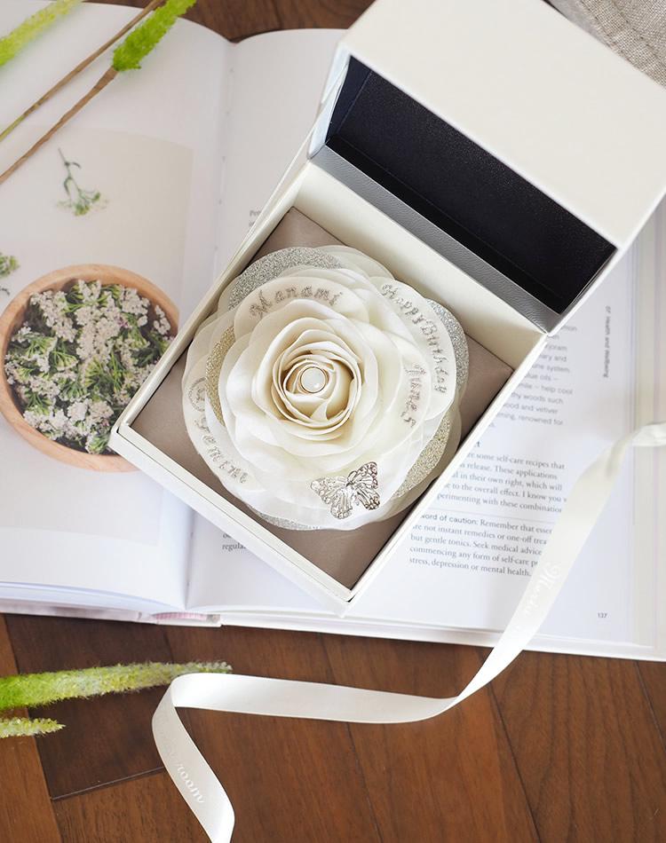 6月生まれに贈る白いバラのバースデーギフト