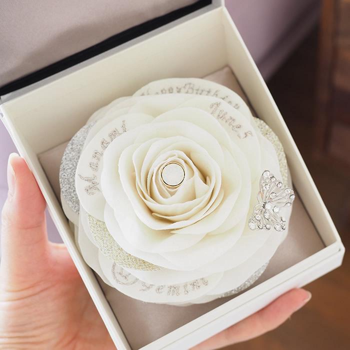 立体感のある白いバラはハンドメイド