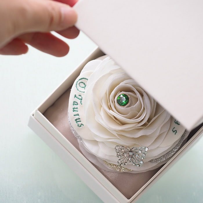 箱を開けると現れる大輪の白いバラ、彼女も思わず笑顔に