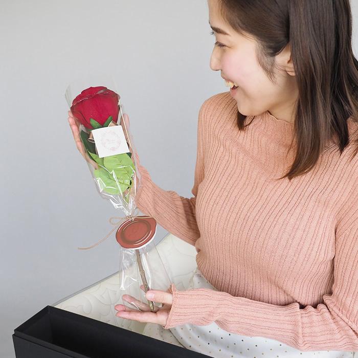 1本バラのプレゼントにに喜ぶ彼女