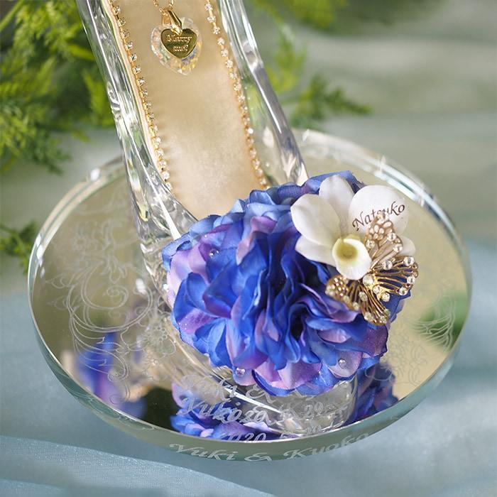 ガラスの靴のつま先には、青色のアジサイをアレンジ