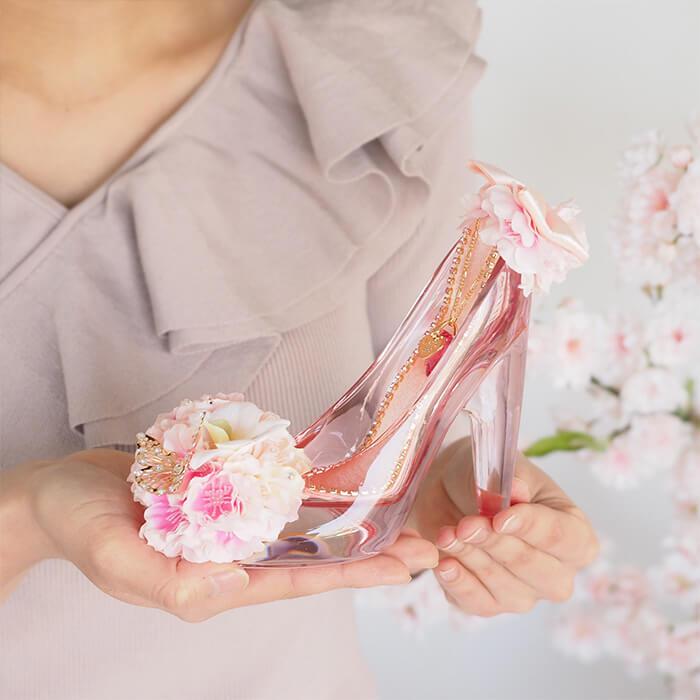 彼女の手のひらに収まるサイズのガラスの靴