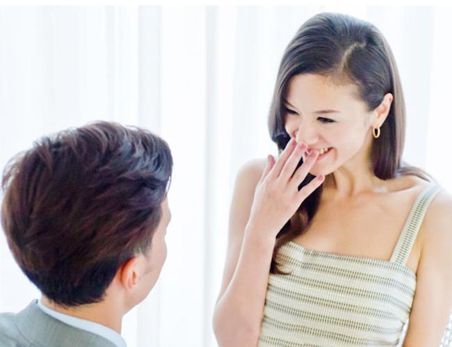 突然のプロポーズに驚く彼女
